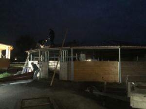 Fleissig - innert eines Tages wurde das Dach montiert.